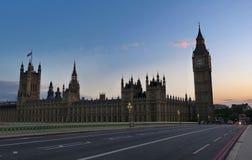 Big Ben, Westminster bro och röd buss för dubbel däckare i London arkivbild