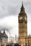Big Ben wierza z Londyńskim okiem w tle w Londyn, UK Zdjęcie Royalty Free