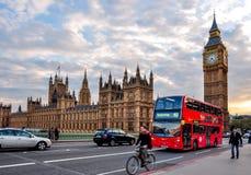 Big Ben y autobús de autobús de dos pisos en el puente en la puesta del sol, Londres, Reino Unido de Westminster foto de archivo libre de regalías