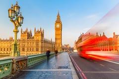 Big Ben y autobús de dos plantas rojo, Londres Imagen de archivo libre de regalías