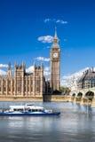 Big Ben y casas del parlamento con el barco en Londres, Inglaterra, Reino Unido Fotos de archivo libres de regalías