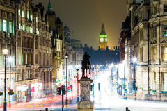 Big Ben y estatua en la noche en Londres Imágenes de archivo libres de regalías