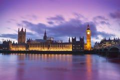 Big Ben y las casas del parlamento en una puesta del sol de la fantasía ajardinan Foto de archivo libre de regalías
