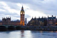 Big Ben y las casas del parlamento en una puesta del sol de la fantasía ajardinan Imagen de archivo