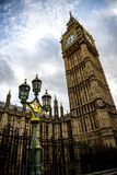 Big Ben y los posts de la lámpara en Londres Fotografía de archivo