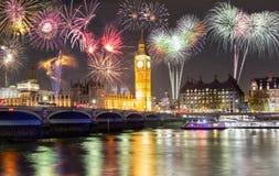 Big Ben y puente de Westminster en Londres con los fuegos artificiales Imágenes de archivo libres de regalías