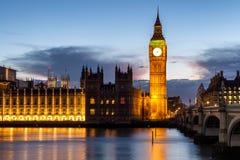 Big Ben y puente en la oscuridad, Londres, Reino Unido de Westminster Foto de archivo libre de regalías