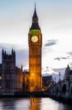Big Ben y puente en la oscuridad, Londres, Reino Unido de Westminster Imagenes de archivo