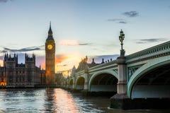 Big Ben y puente en la oscuridad, Londres, Reino Unido de Westminster Fotografía de archivo libre de regalías