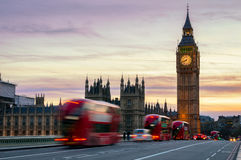 Big Ben z domami parlament i czerwony autobusu piętrowego bu Obrazy Royalty Free