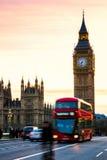 Big Ben z domami parlament i czerwony autobusu piętrowego bu Obraz Stock