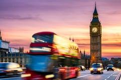 Big Ben z domami parlament i czerwony autobusu piętrowego bu Obrazy Stock