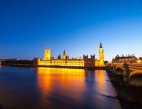 Big Ben z domami parlament przy nocą obraz stock