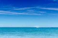 Big Blue hav och horisontalhimmelsnabb motorbåt Royaltyfri Foto