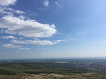 Big Blue niebo Patrzeje Nad wzgórzami Na Gorącym lato dniu zdjęcia royalty free