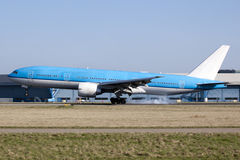 BIG BLUE PLANE LANDING AT SCHIPHOL Royalty Free Stock Photography