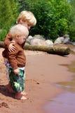 Big Brother och behandla som ett barn på stranden Royaltyfria Bilder