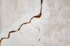 A big crack on the gray wall. abstract image projecting a crack in a white concrete wall royalty free stock photos