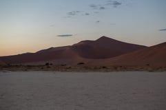 Big Daddy Dune no alvorecer, paisagem do deserto, Sossusvlei, Namíbia imagens de stock