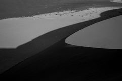 Big Daddy Dune que sube durante la salida del sol, mirando sobre Sossusvlei Imagen de archivo