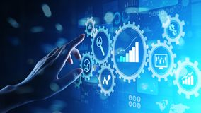 Big Data analys, diagram för analytics för affärsprocess med kugghjul och symboler på den faktiska skärmen royaltyfri foto