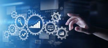 Big Data analys, diagram för analytics för affärsprocess med kugghjul och symboler på den faktiska skärmen royaltyfri illustrationer