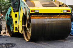 Big size steamroller flatten out the asphalt Royalty Free Stock Photography