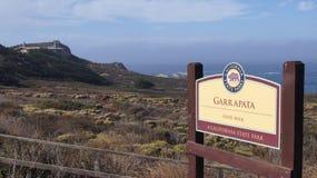 BIG SUR, CALIFÓRNIA, ESTADOS UNIDOS - 7 DE OUTUBRO DE 2014: Caminhando o trajeto ao longo do Oceano Pacífico no parque estadual d imagem de stock royalty free