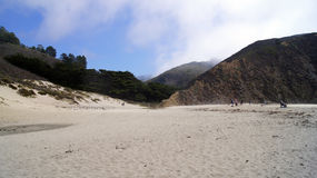 BIG SUR, CALIFÓRNIA, ESTADOS UNIDOS - 7 DE OUTUBRO DE 2014: Ondas de oceano enormes que esmagam em rochas no parque estadual de P Foto de Stock Royalty Free