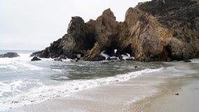 BIG SUR, CALIFORNIA, STATI UNITI - 7 OTTOBRE 2014: Onde di oceano enormi che schiacciano sulle rocce al parco di stato di Pfeiffe Immagine Stock Libera da Diritti
