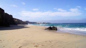 BIG SUR, KALIFORNIEN, VEREINIGTE STAATEN - 7. OKTOBER 2014: Enorme Meereswogen, die auf Felsen im Garrapata-Zustands-Strand in CA Lizenzfreies Stockfoto