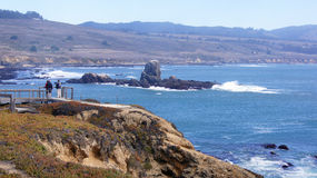BIG SUR, LA CALIFORNIE, ETATS-UNIS - 7 OCTOBRE 2014 : Falaises à la vue scénique de route de Côte Pacifique entre Monterey et Pis Images libres de droits