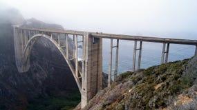 BIG SUR, LA CALIFORNIE, ETATS-UNIS - 7 OCTOBRE 2014 : Pont de crique de Bixby sur le NO1 de route au déplacement de côte ouest de Images stock