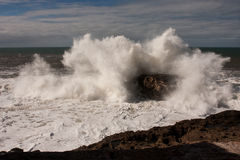 Big wave hitting a rock Royalty Free Stock Photos
