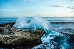 Big waves breaking and splashing on the rocks Royalty Free Stock Photos