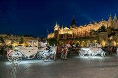 Biga com os cavalos na cidade velha de Krakow imagem de stock