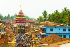 Biga della gente della folla di Gokarna Shivarathri che tira H Immagini Stock