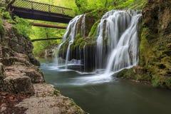 Bigar小瀑布在Nera Beusnita峡谷国家公园,罗马尼亚落 库存照片