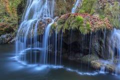 Bigar小瀑布在Nera Beusnita峡谷国家公园,罗马尼亚落 免版税库存照片