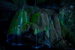 Bigar vattenfall på natten arkivfoton