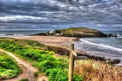 Bigbury-su-mare vicino britannico di Devon England dell'isola di Burgh sul percorso del sud della costa ovest in HDR colourful vi Immagine Stock
