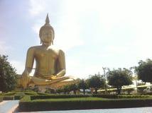 Bigest Buddha wewnątrz, tajlandzki kościół na niebieskiego nieba tle i Fotografia Royalty Free