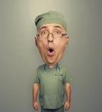 Κατάπληκτος Bighead γιατρός σε ομοιόμορφο Στοκ Εικόνες