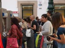Biglietti d'acquisto della gente al treno Fotografia Stock Libera da Diritti