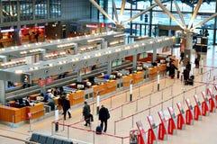 Biglietti d'acquisto della gente nell'aeroporto di Hamburg International Fotografie Stock Libere da Diritti