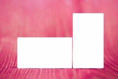 Biglietti da visita bianchi in bianco su legno rosso Fotografie Stock Libere da Diritti