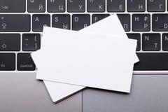 Biglietti da visita in bianco sopra la tastiera del computer portatile Fotografie Stock Libere da Diritti