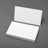 Biglietti da visita in bianco su fondo grigio Fotografia Stock