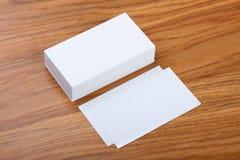 Biglietti da visita in bianco su un fondo di legno Fotografie Stock Libere da Diritti