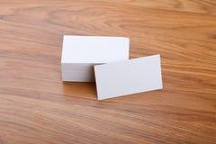 Biglietti da visita in bianco su un fondo di legno Fotografia Stock